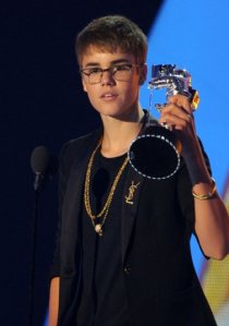 Justin Beiber receiver the 2011 MTV VMA for Best Male Artist